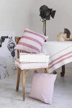 Cojines de silla. Cojines rojos. Diseño de interiores. Sit pillows. Red cushions. Interior design. Calma House.