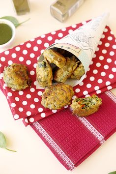 VEGAN SPINACH FRITTERS - easy to make, gluten free, vegan, delicious! I just added a tsp of red pepper flakes instead of the birds eye chili's (it was plenty hot!) Love the chutney that goes with them too! Yummy Healthy Snacks, Vegan Snacks, Healthy Recipes, Healthy Eating, Yummy Food, Raw Vegan, Vegan Vegetarian, Vegetarian Recipes, Vegan Food