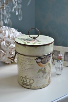 Ana Rosa, use scrapbook paper Tin Can Crafts, Diy And Crafts, Decoupage Box, Hat Boxes, Pretty Box, Altered Boxes, Vintage Tins, Vintage Style, Bird Feathers