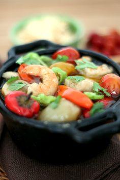 Receita: Panelinha de peixe e camoarões confitados com mini legumes