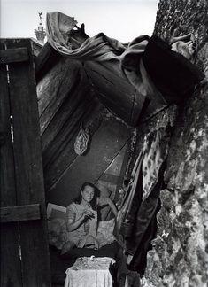 Robert Doisneau // Tramps -   Madame Titine campe sur le quai de l'Arsenal, Paris 1950