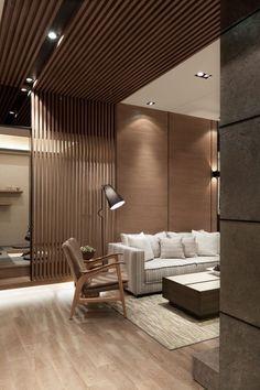 woonkamer met houten scheidingsmuur