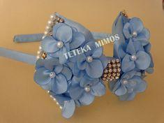 Linda tiara com laço e flores. Super delicada e estilosa, pode ser confeccionada em várias cores, para isso entre em contato conosco.