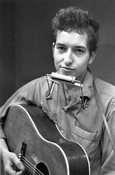 """El 03 de abril de 1964 Bob Dylan entra por primera vez en la lista de éxitos británica. Y lo hizo con """"The times they are a changin"""". Un año antes, en 1963, editó su segundo trabajo The freewheelin' Bob Dylan con el que consiguió el respeto del público y la crítica estadounidense. Una de las canciones de ese álbum fue el famoso Blowin' in the wind. Tardó poco tiempo en convertirse en toda una celebridad de la música y así en 1964 traspasó fronteras y aterrizó, de la mejor manera posible, en…"""
