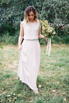 Be inspired by this simple organic wedding with a neutral color palette. This romantic real wedding focuses on the celebration of love without fussing over too much styling. #realweddinginspiration #simpleweddings #minimalistweddings #organicweddinginspiration