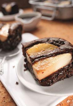Birnen-Brownies mit Nüssen und Schokolade - der Clou an diesem Kuchen ist der flüssige Schoko Kern! Omg Foodporn pur! Geniales Dessert. Rezept auf www.gofeminin.de/kochen-backen/rezepte-aepfel-birnen-d54647c621999.html