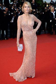 Cannes 2013: Petra Nemcova impone sofisticación en un look color peach de escote en V de Elie Saab. http://www.vogue.mx/articulos/festival-de-cannes-2013-steven-spielberg-nicole-kidman-audrey-tautou-marion-cotilliard/2382