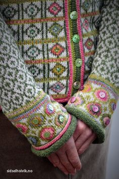 Buttons added to fair isle. Hippie kofte / Hippie Jacket Design&Photo: Sidsel J.no Pattern in my webshop sidselhoivik.no Yarnkit in English, Dutch and Norwegian We ship to Europe, USA, Canada, Australia and New Zealand Fair Isle Knitting Patterns, Fair Isle Pattern, Knit Patterns, Pull Crochet, Knit Crochet, Punto Fair Isle, Fair Isles, Yarn Crafts, Diy Crafts