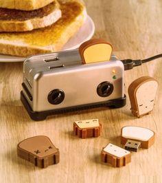 Le Hub en forme de grille pain peut accueillir jusqu'à 4 clés usb et a également un emplacement pour les cartes SD