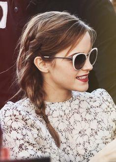 Emma Watson with a teeny side braid. Emma Watson Belle, Style Emma Watson, Emma Watson Estilo, Emma Watson Beautiful, Summer Hairstyles, Braided Hairstyles, Updo Hairstyle, Prom Hairstyles, Loose Side Braids