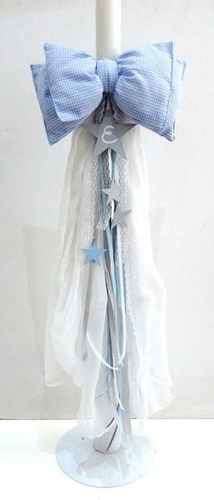 Είδη βάπτισης: Χειροποίητη λαμπάδα βάπτισης στολισμένη με υφασμάτινο μαξιλαράκι - φιόγκος, 2 φύλλα χυτής, ολόλευκης γάζας, ξύλινο αστεράκι με το αρχικό του ονόματος και ασορτί κορδέλες και δαντέλες σε λευκά- γαλάζια χρώματα Συνδιάζεται με το αντίστοιχο σετ βάφτισης Αστέρι σε γκρι γαλάζια χρώματα που αποτελείται από ξύλινο, χειροποίητο κουτί βαπτιστικών ζωγραφισμένο στο χέρι, λαδόκουτο, σετ λαδικών, κουτί μαρτυρικών, μαρτυρικά, βιβλίο ευχών, αντίστοιχη μπομπονιέρα κουτάκι, κρεμαστή ή…