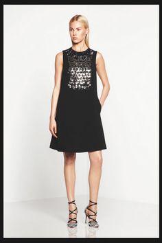 Vestido de fiesta corto en color negro sin mangas y con aplicaciones metalizadas al frente - Foto Monique Lhuillier