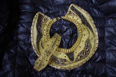 Bordura in filo d'oro Bobbin Lace, Brooch, Wreaths, Halloween, Jewelry, Decor, Fashion, Brooch Pin, Garlands