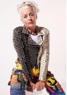 """Ela não está nem aí com o que os outros vão pensar. Com 35 mil seguidores no Instagram, aos 60 anos a inglesa Sarah Jane Adams desfila personalidade usando e abusando de cores, estampas, texturas e acessórios em looks nada convencionais. Maior atacadista de jóias antigas da Austrália, a dona da Saramai não esconde o...<br /><a class=""""more-link"""" href=""""https://catracalivre.com.br/geral/geracao-e/indicacao/looks-de-inglesa-de-60-anos-atrai-35-mil-seguidores-no-instagram/"""">Continue lendo »</a>"""