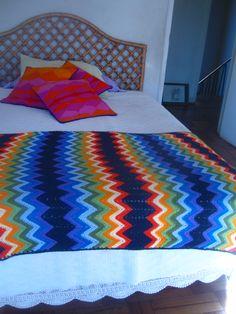 Adoro las cosas tejidas ,este tesorito lo encontré en la feria de Valpo ,lo uso de piecera en invierno ...nada mas lindo !