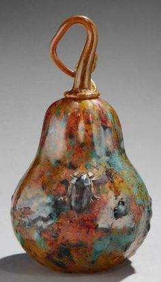 DAUM Nancy Circa 1905  «Coloquinte au scarabée sacré»)  H: 24,5 cm, DL: 13,3 cm