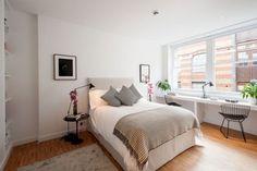 un lit confortable et un revêtement de sol en parquet dans la chambre à coucher