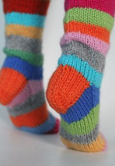 medias coquetas - Love these colorful socks. They would be perfect for lounging around the house. Knitting Projects, Crochet Projects, Knitting Patterns, Crochet Patterns, Warm Socks, Cool Socks, Knitting Socks, Baby Knitting, Crazy Socks