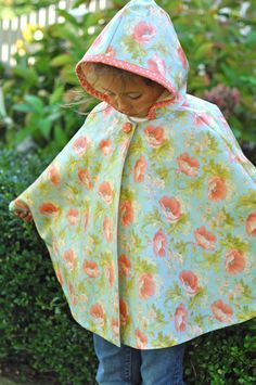 another pinner said: Raindrops. Ooo, could use vinyl tablecloth. Or shower curtain! Sewing Lessons, Sewing Hacks, Sewing Crafts, Sewing Projects, Kids Poncho, Rain Poncho, Kids Patterns, Sewing Patterns, Shawl Patterns