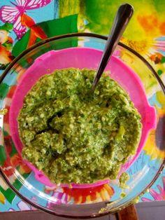 Winterposteleinpesto! Heerlijk en gezond. Mix een groot bosje winterpostelein met parmezaan, olijfolie en pijnboompitjes in de keukenmachine. Evt. zout en peper toevoegen.