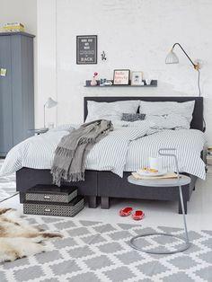 Verspielte Muster, leichte Akzente und ein stimmiges Raumkonzept machen den modernen Schlafzimmer-Look perfekt.