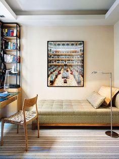 Cuarto de invitados con fotografía es de la serie Entreacto, de Marta Soul