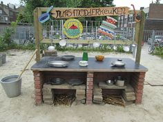 Het modderkeukenblok. Eyfs Outdoor Area, Outdoor Play Spaces, Outdoor Fun, Outdoor Decor, Outdoor Education, Outdoor Learning, Groundhog Day, Kindergarten, Mud Kitchen