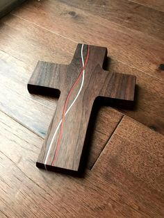 Handmade decorative cross Wooden Cross Crafts, Scrap Wood Crafts, Barn Wood Crafts, Wooden Crosses, Crosses Decor, Wall Crosses, Wood Projects That Sell, Small Wood Projects, Pallet Halloween Decorations