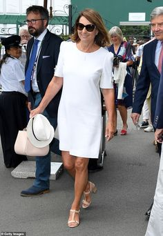 After Kate's surprise visit to yesterday, it was the turn of her parents to grace the Royal Box. Carole Middleton, looked elegant in a crepe white tunic dress as she arrived at Wimbledon. James Middleton, Carole Middleton, Middleton Family, Mature Fashion, Look Fashion, Wimbledon Dress Code, Pippa And James, White Tunic Dress, Ralph Lauren Suits