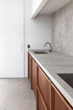 Lindo chão e paredes de porcelanato cinza.