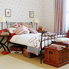 Quartos ficam muito bem com baús em frente a cama. Uma decoração mais tradicional, mas linda