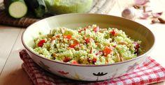 L'insalata di couscous con peperoni e pesto di zucchine è un primo piatto leggero perfetto da preparare in anticipo e portare al mare. Ottimo e saziante anche per chi è a dieta.