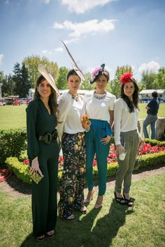 Women in cool trousers and elegant hats Race Day Fashion, Party Fashion, Derby Attire, Wedding Guest Looks, Cocktail Outfit, Bridesmaid Outfit, Wedding Attire, Business Fashion, Wedding Styles
