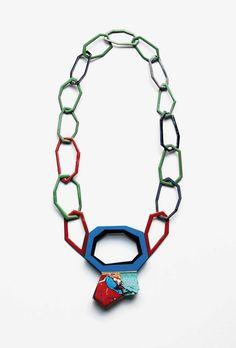 Danni Schwaag, Halskette <em>Polygon</em> aus der Serie <em>L'art pour l'art</em>, 2013. Emaille auf Kupfer, Gold, Silber, Acrylfarbe und weitere Materialien, Mittelteil 12 × 10 cm, Länge 60 cm.