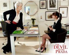 """Meryl Streep e Anne Hathaway em O DIABO VESTE PRADA (The Devil wears Prada). 1-""""Os detalhes da sua incompetência não me interessam."""", 2-""""Me avise quando sua vida pessoal virar fumaça. Quer dizer que você será promovida!"""""""