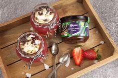 Erdbeere-Schoko Fan? Dann solltest du das Schoko-Kokos Mousse mit Erdbeer-Chia Topping unbedingt ausprobieren! Dieses Dessert stimmt alle Schleckermäuler glücklich und macht dich zum Gastgeber des Abends. Ein schokoladiges Mousse aus unserer Bio Veganz Schoko Kokos Creme mit einem fruchtig frischen Topping aus Erdbeeren - 'nuff said. Unser Rezept findet ihr hier: https://veganz.de/de/rezept/schoko-kokos-mousse-mit-erdbeer-chia-topping/