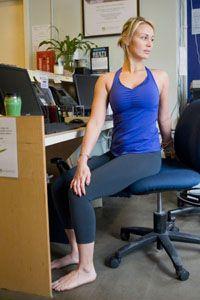 Giro espinal sentado:      Siéntate de lado (al borde) en tu silla.     Coloca los pies apoyados en el suelo.     Sujeta con la mano izquierda la parte de atrás de la silla(como en la imagen) y  la mano derecha sobre la rodilla izquierda, y voltea el torso y la mirada en dirección a la parte trasera de la silla.     Cambia y gira hacia el otro lado. Repite este ejercicio unas cuantas veces más.