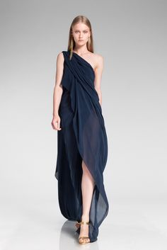Donna Karan Resort 2014 If we had this dress now, we'd have the answer to all of our Summer wedding dressing dilemmas.Photo courtesy of Donna Karan Runway Fashion, High Fashion, Fashion Show, Fashion Design, Mode Chic, Mode Style, Donna Karan, Look Cool, Dress To Impress