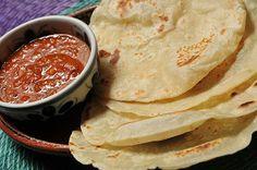 1kg Farinha de trigo 250g Gordura vegetal 2 colheres (chá) Sal 2 1/2 xícaras (chá) Leite  MODO DE PREPARO - Esquente a gordura vegetal até que fique morna e líquida - Com as mãos, misture com a farinha e o sal, em uma vasilha grande - O resultado deve ser parecido com um pão esfarelado - Faça um buraco no meio da mistura, coloque a metade do leite e comece a amassar - Aos poucos, vá acrescentando o restante, até que a massa não grude mais nas mãos e nas paredes da vasilha - Se necessário, a
