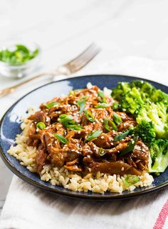 Forget take out! This healthy Slow Cooker Honey Garlic Chicken is even more healthy, tasty, and easy for dinner! Honey Garlic Chicken Thighs, Slow Cooker Chicken Thighs, Easy Crockpot Chicken, Garlic Chicken Recipes, Spinach Recipes, Healthy Slow Cooker, Slow Cooker Beef, Healthy Crockpot Recipes, Slow Cooker Recipes