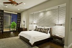 pared blanca preciosa en el dormitorio moderno