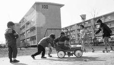 昭和36年、東京郊外の公団住宅ひばりヶ丘団地の公園で遊ぶ子供たち(東京都)(1961年05月撮影) 【時事通信社】