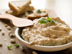Unser Lieblingsbegleiter für saftige Steaks, bunte Spießchen und knackiges Sommergemüse: Das Rezept für Hummus mit getrockneten Tomaten. http://www.fuersie.de/kochen/grillrezepte/artikel/hummus-rezept