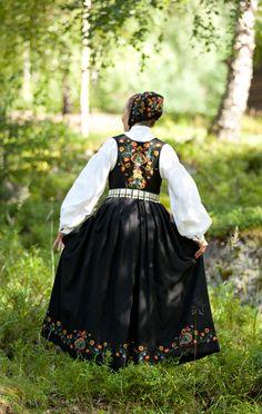 FolkCostume&Embroidery: Overview of Norwegian Costumes, part The eastern heartland Norwegian Clothing, Norwegian Vikings, Norwegian Style, Costumes Around The World, Scandinavian Folk Art, Folk Clothing, Folk Fashion, Folk Costume, Traditional Dresses