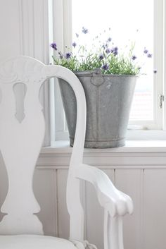 Clean and decorative. Really like this idea. Swedish Style, Swedish House, French Country Style, Scandinavian Style, Shabby Chic Cottage, Cozy Cottage, Cottage Style, Lavender Cottage, Vibeke Design