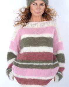 Strikkeopskrift flot mohair sweater med striber i mohair og metal lame Knitting Wool, Mohair Sweater, Warm And Cozy, Jumper, Dressing, Beanie, Vest, Sweaters, Pink