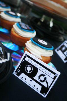 Cupcakes decorados com vinil para festa temática dos anos 60.