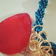 Tejiendo cordones con nuevos colores.. El contraste siempre tiene que estar presente, llevando de la mano a las piedras naturales  www.cosmicgirl.es www.facebook.com/bycosmicgirl