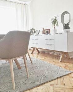 Dziś przyjechał! I jest! Dywan w jadalni. My oszaleliśmy na jego punkcie. Więcej dywanu na Snapchacie - kodpaskowy  #trellis #wilhelmina #dywan #carpet #interior #dinningroom #grey #white #whiteandgrey #minkofurniture #minko #minkodesign #dyson #humidifier #whitedesign #vintage #modern