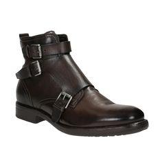 Kožené kotníkové boty mají tmavě hnědý odstín a svým střihem a třemi přezkami připomínají Monk Shoes. Silnější podešev je vhodná do chladnějších dnů a díky zipu je snadno obujete. Doplňte je koženou bundou a podtrhněte váš Rockový look.